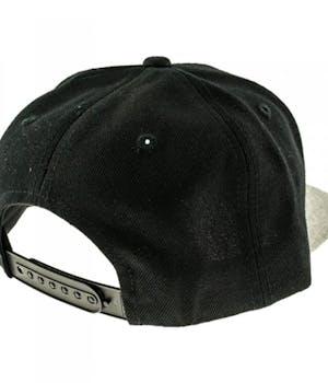 Bagside af sort cap med hvidt CPN logo på fronten