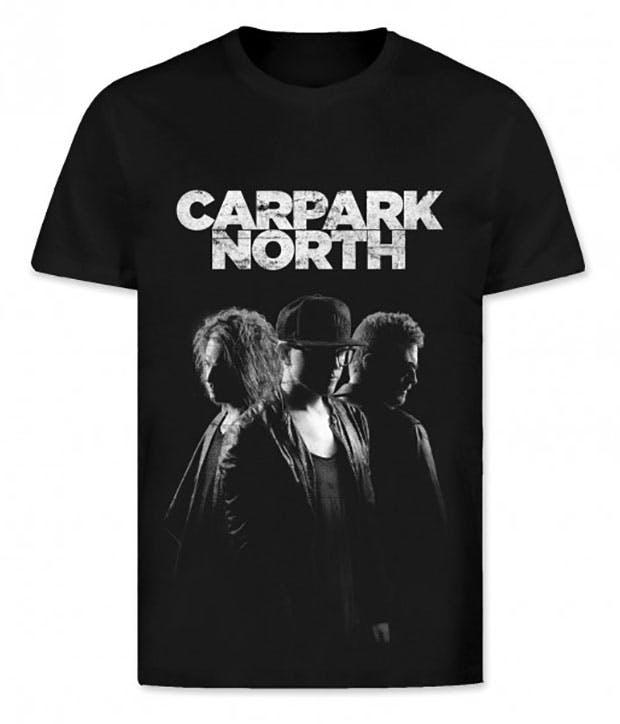 Sort t-shirt med hvidt tryk af logo samt bandet