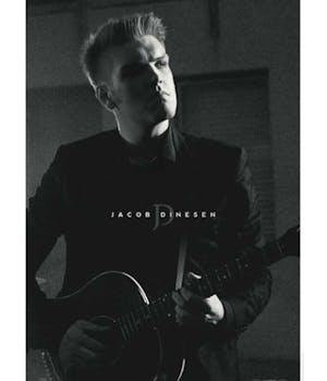 Sort/hvid plakat med Jacob Dinesen, som sidder med en guitar