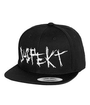 Sort snapback cap med stort, hvidt suspekt logo
